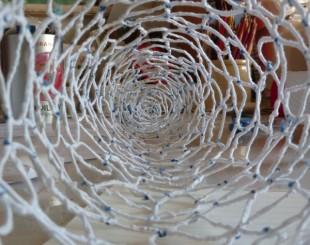 sculpture métal et fil de coton, bleu, blanc